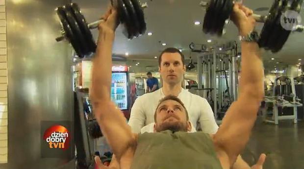 Dawid Woliński wyciska siódme poty na siłowni (VIDEO)