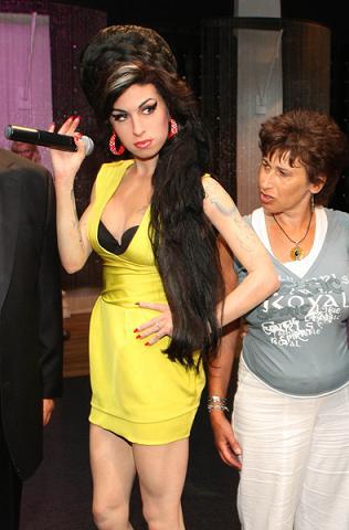 Amy Winehouse trzyma lalki we włosach
