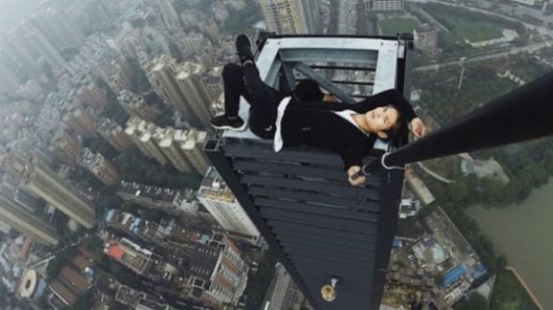 Wu Yongning zginął kręcenia tego klipu. Człowiek pają runął z drapacza chmur