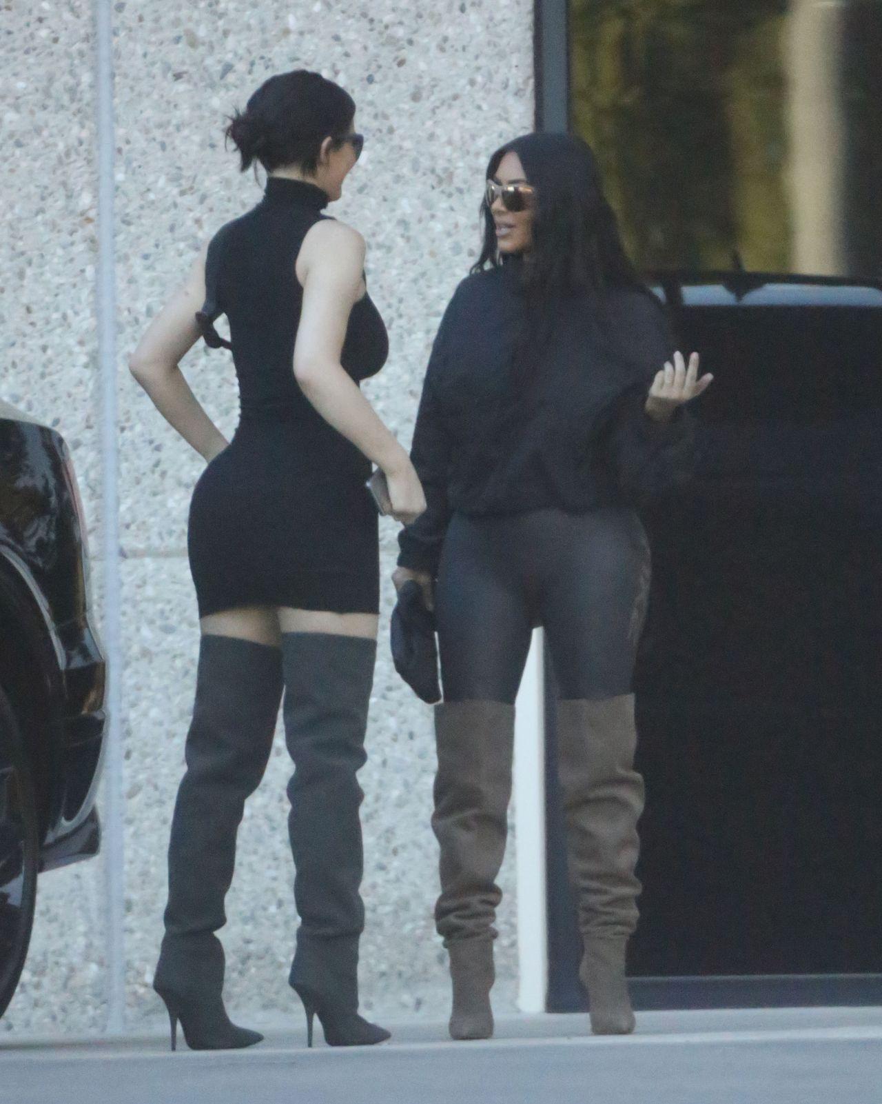 Rozkraczona Kim Kardashian siedzi na kuchennym blacie (Instagram)