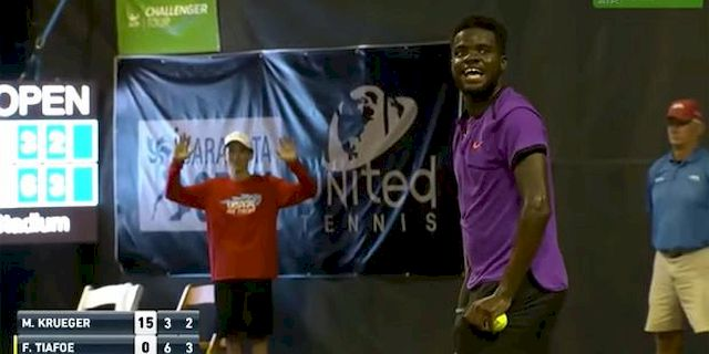 Mecz tenisowy przerwany przez... SEKS! (VIDEO)