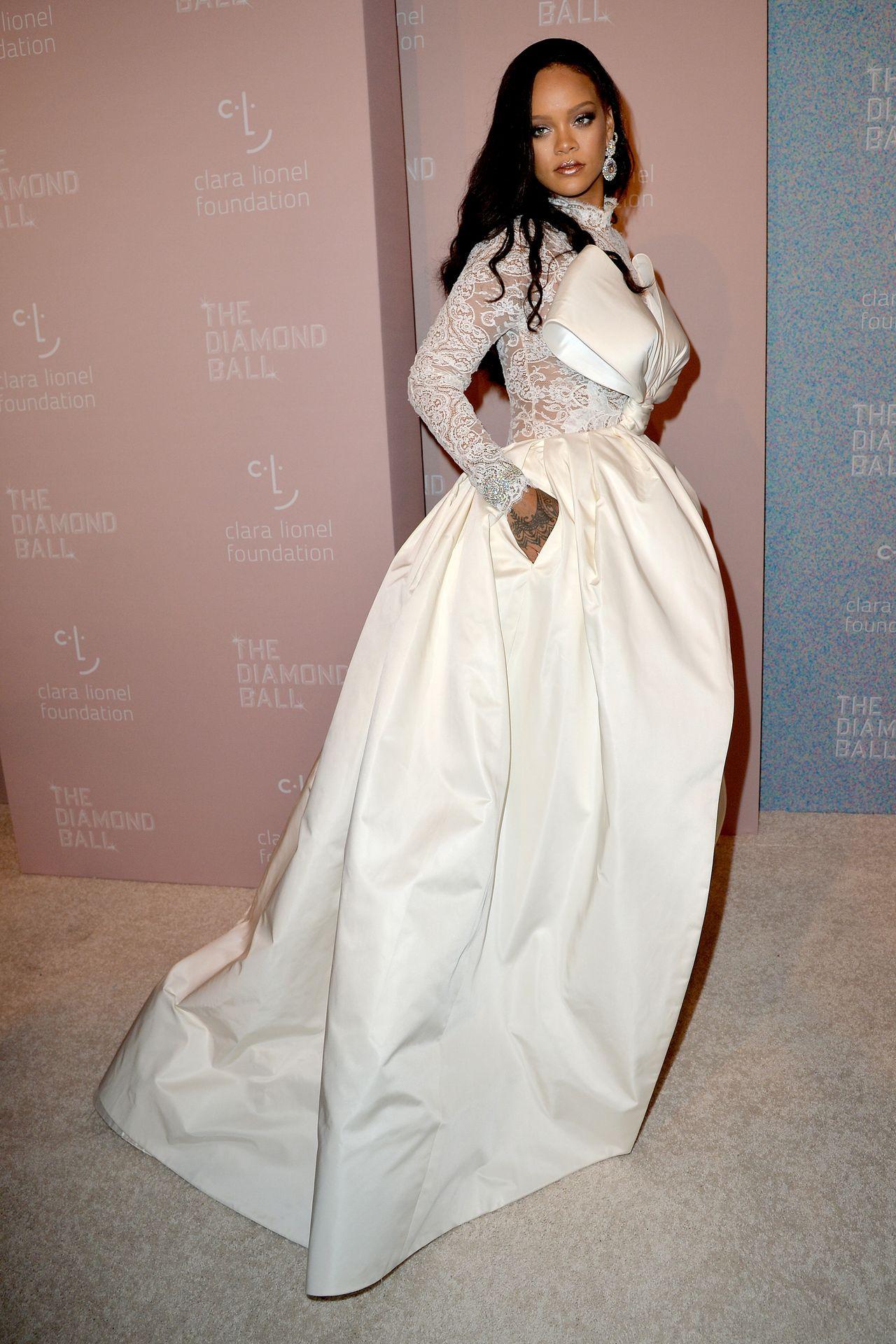 Wszyscy mówią o koronkowym kombinezonie Rihanny, w którym wyglądała jak...