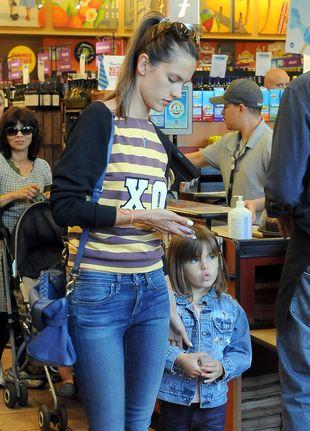 Alessandra Ambrosio z córeczką na zakupach (FOTO)