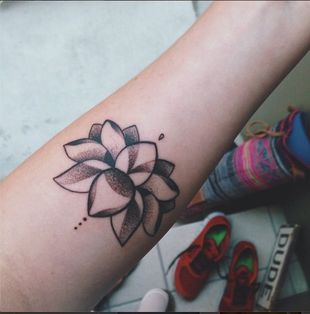 Kto zrobił sobie tatuaż z lotosem? (FOTO)