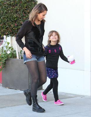 Jessica Alba odsłania nogi na rodzinnym spacerze (FOTO)