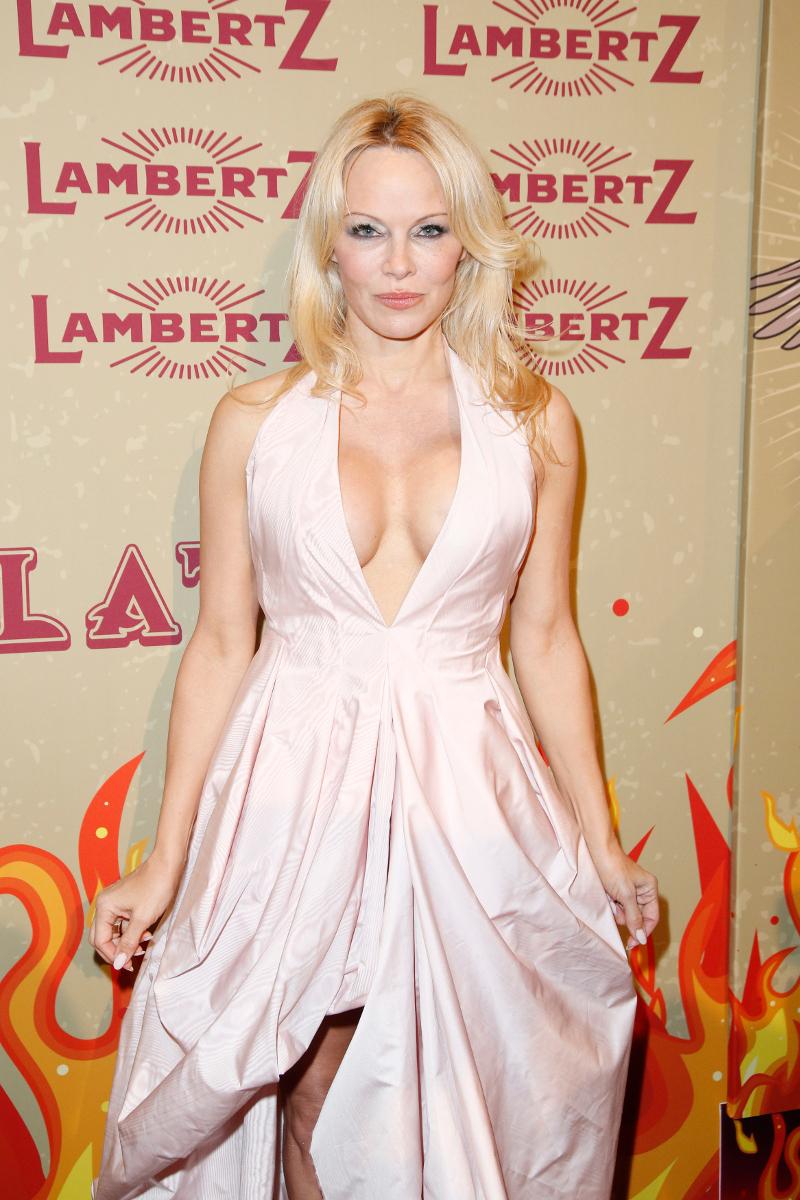 51-letnia Pamela Anderson świeci biustem na ściance