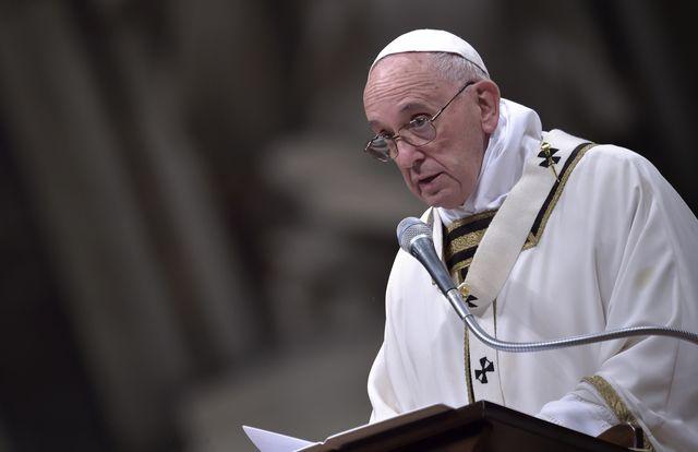 Papież Franciszek UPADŁ w czasie mszy! (VIDEO)