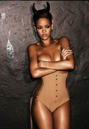 Rihanna pozuje topless (FOTO)