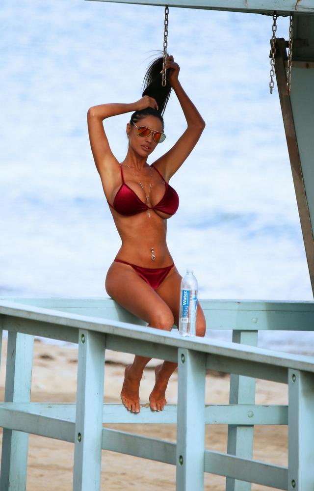 POLKA wygina się w stroju bikini i to wcale nie jest Siostra Godlewska!