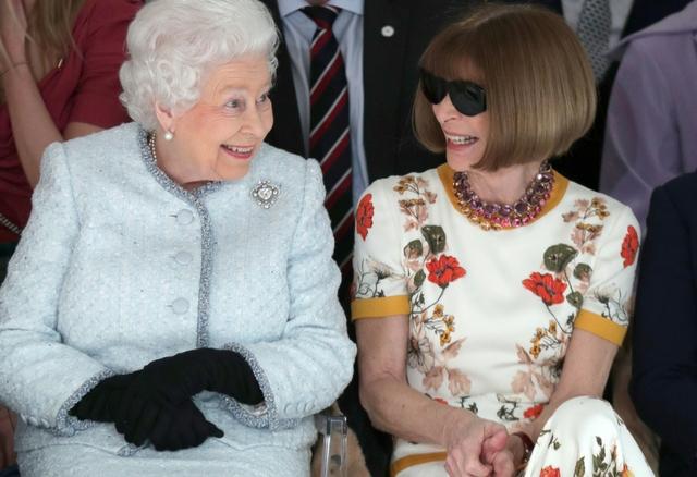 Królowa Elżbieta z psiapsułą na ploteczkach - London Fashion Week
