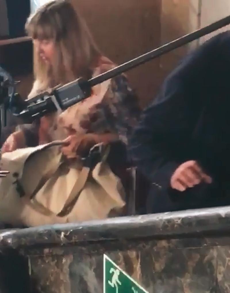 Zmęczona i DORODNA Socha odpoczywa na krześle w pracy