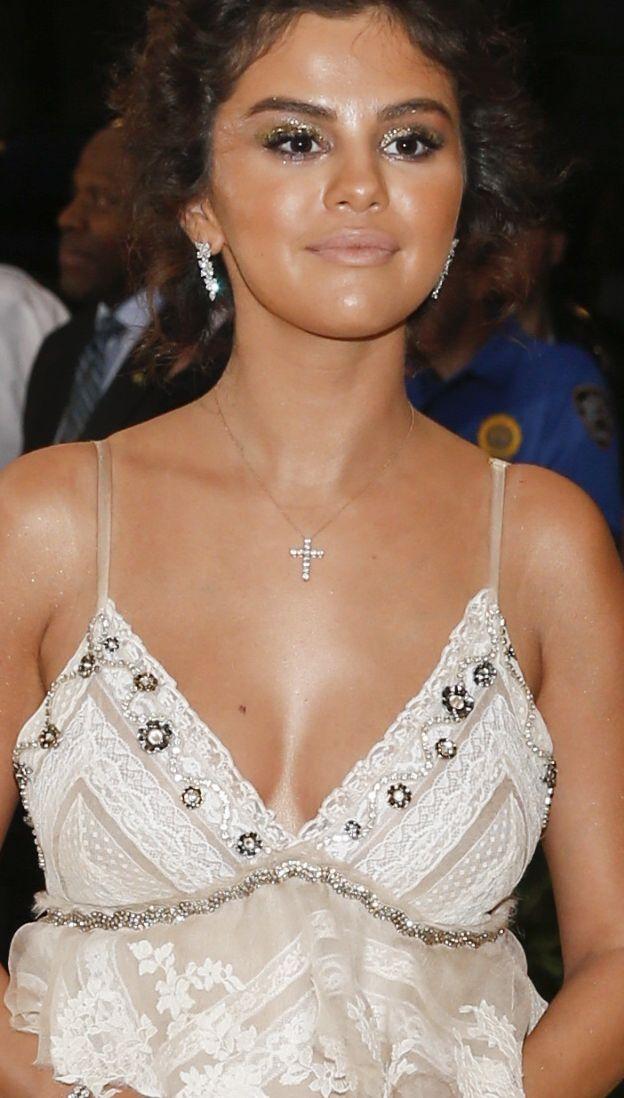 Szok! Ta dziewczyna WYGLĄDA jak Selena Gomez!