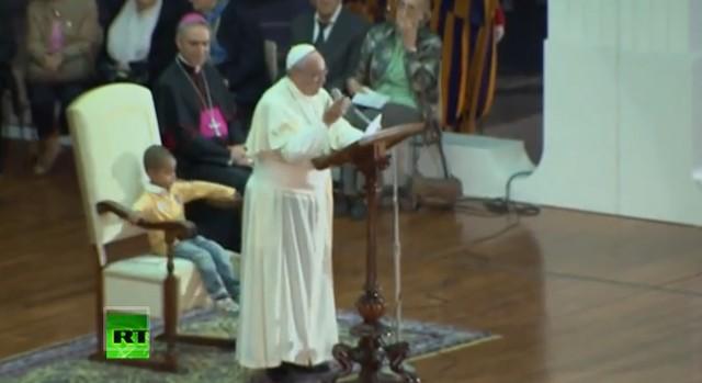 Ten chłopiec zajął miejsce papieżowi! (VIDEO)