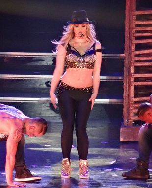 Tak  Gomez i Cyrus bawiły się na koncercie Spears (VIDEO)