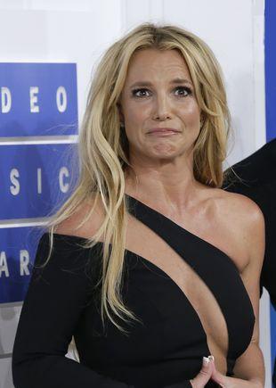 Co za wpadka! Britney Spears PĘKŁ STANIK na koncercie (VIDEO)