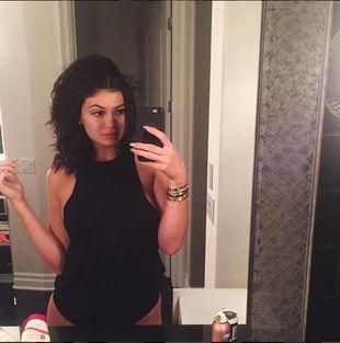Kylie Jenner podziurawiła ucho jak tablicę korkową (Insta)