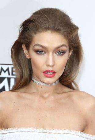 Gigi Hadid założyła TĘ suknię na rozdanie AMA's. Wszyscy mówią tylko o niej!