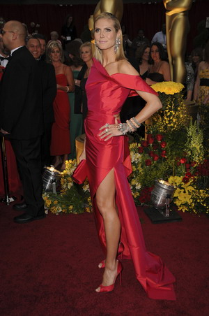 Heidi Klum pokazuje ściśnięty biust i wielki rozporek