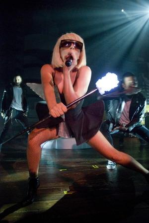 Lady GaGa w fioletowych włosach (FOTO)