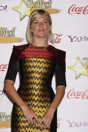 Sienna Miller jest trendy (FOTO)