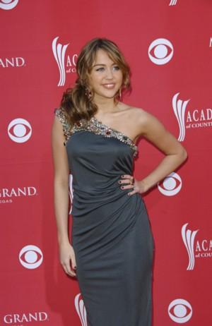 Miley Cyrus skromnie i dziewczęco (FOTO)