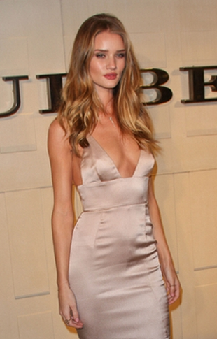 Skromny biust Rosie Huntington-Whiteley (FOTO)