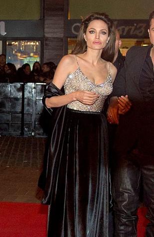 Dlaczego Angelina Jolie nosi tylko długie suknie?