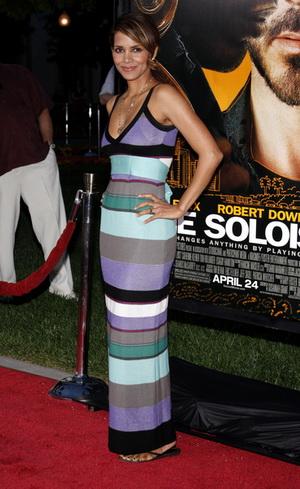 Halle Berry kręci tyłeczkiem do własnej piosenki (VIDEO)