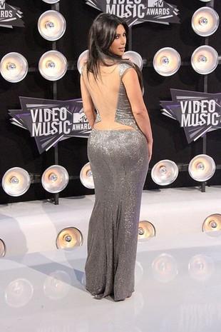 Kim Kardashian świeci pupą w swoim teledysku (FOTO)
