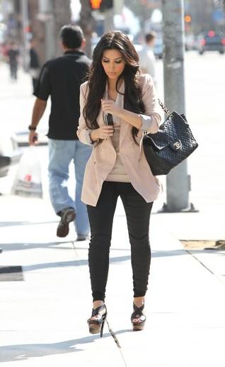 Czy Kim Kardashian potrafi chodzić na obcasach? (FOTO)
