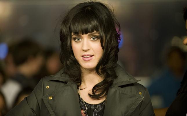 Piersi Katy Perry znów chcą się wymknąć
