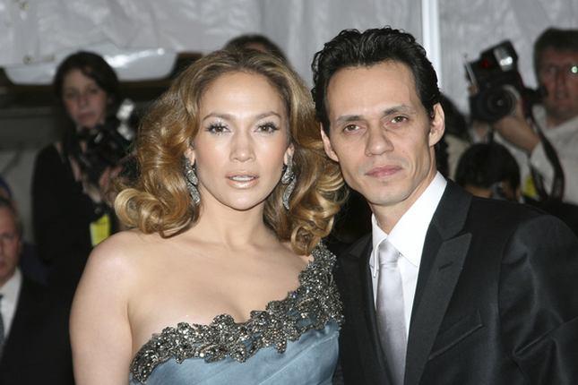 Jennifer Lopez kwitnie obsypywana pocałunkami