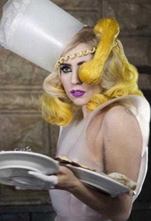 Lady Gaga  z telefonem na głowie (FOTO)