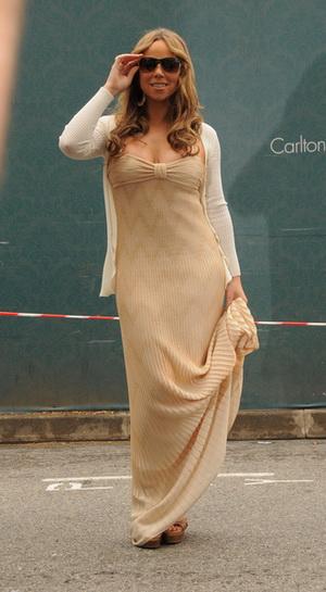 Mariah Carey zakrywa swoje coraz większe kształty (FOTO)
