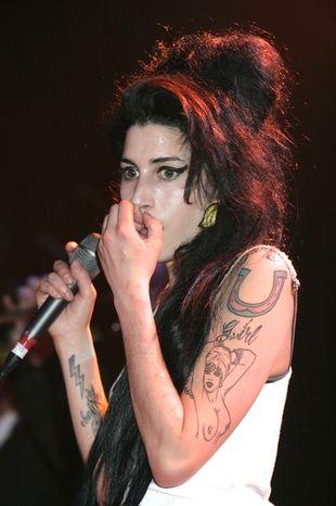Amy Winehouse na czworakach żebrze o wódkę