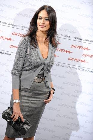 Seksowna Maria Grazia Cucinotta w szarościach (FOTO)