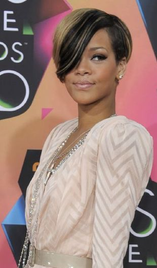 Rihanna upadła na scenie [VIDEO]