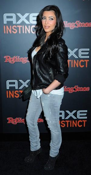 Kim Kardashian w dziurawych jeansach (FOTO)