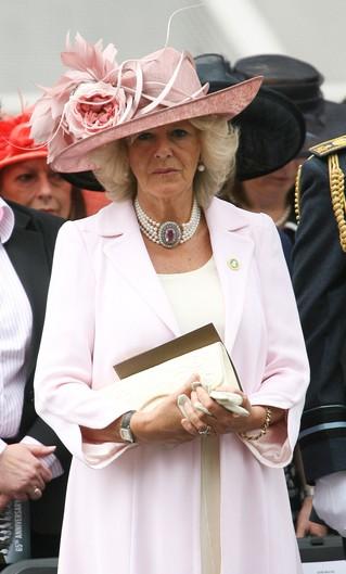 Różowa sukienka, kapelusz i… te buty! (FOTO)
