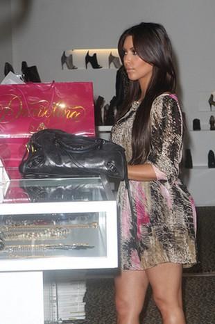 Wystylizowana Kim Kardashian na zakupach (FOTO)