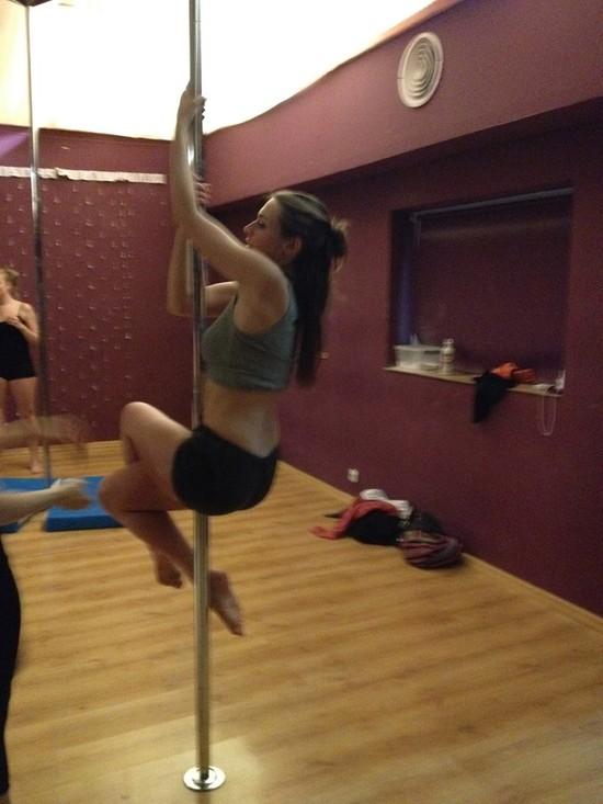 Julia Kamińska trenuje taniec na rurze (FOTO)