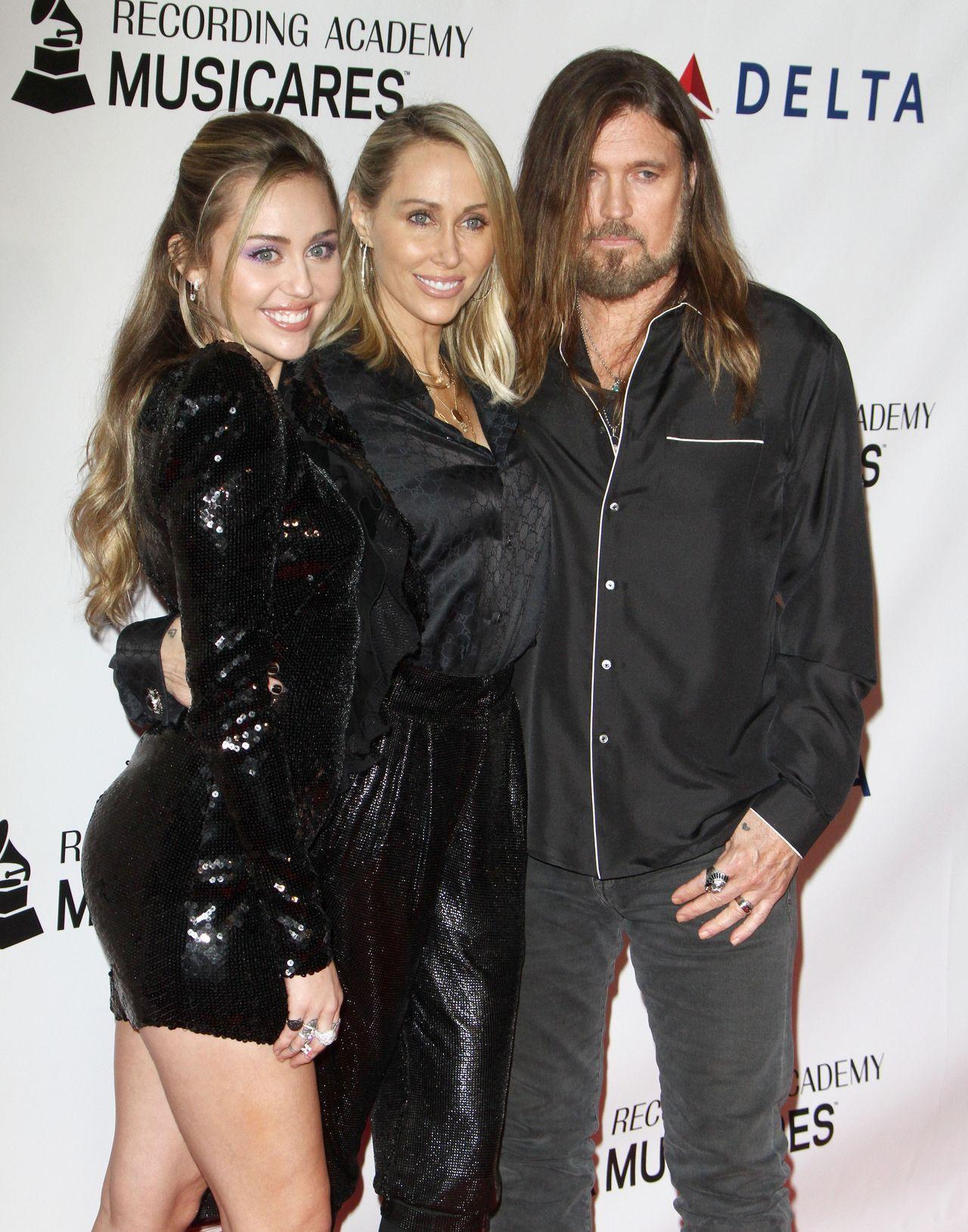 Miley Cyrus z rodzicami – jej mama wygląda jak jej… siostra?