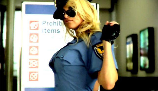 Pamela Anderson w roli seksownej pani policjant (VIDEO)