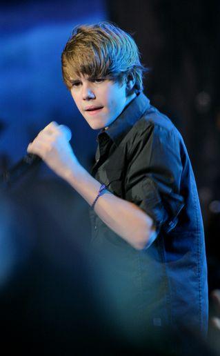 Justin Bieber da koncert za... szklaną szybą!