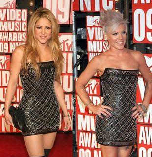 Pink i Shakira w takich samych sukienkach (FOTO)