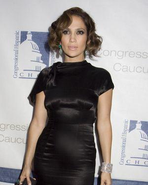 Jennifer Lopez otulona w czerń (FOTO)