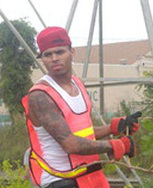 Chris Brown odpracowuje wyrok (VIDEO)