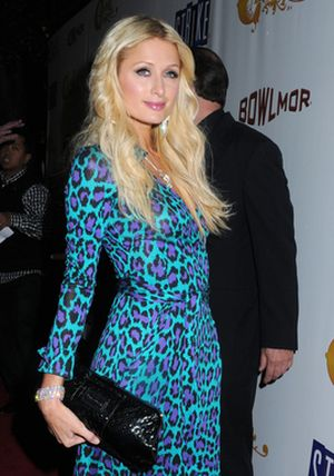 Paris Hilton i jej fioletowe cętki (FOTO)