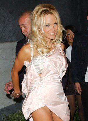 Pamela Anderson otulona zasłonką (FOTO)