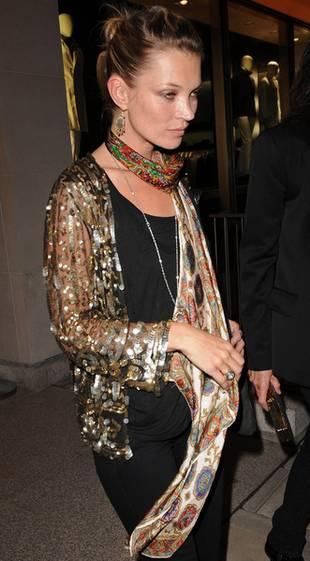 Kate Moss malowana krwią